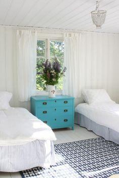 Chambre aux lits séparés dans une maison familiale de vacances
