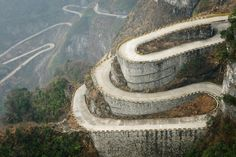 La montaña Tianmenshan en China – La puerta celestial | Rincón AbstractoThis is one of the most dangerous roads in China and maybe even the world. Its highest point is 1300m above sea level, and lowest point is 200m. The surrounding scenery is stunning but take your eyes off the road for a second, and you're on the fast way down to the bottom of the valley. It is built with many interwinding twists turns and the ride is most certainly not for the faint-hearted.