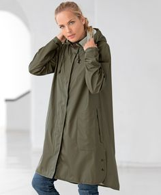 000b2bf26b9 Ilse jacobsen RAIN71 er en feminin og lekker a-formet regnfrakk. Jakken har  en