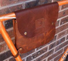Bikegab è portatile fatto a mano in pelle telaio borsa per la vostra bicicletta.  Stiamo utilizzando pelle di olio abbronzatura pieno fiore di alta qualità che è il miglior tipo di pelle che si può ottenere! Tracolla in cotone vi fornirà 2 in 1 alla moda biciclette e crossbody bag è resistente allo stesso tempo. Bikegab contiene tutti gli elementi essenziali necessari per la vostra vita quotidiana e la corsa!  Il design è semplice, ma versatile. Se non volete utilizzare Bikegab come una…
