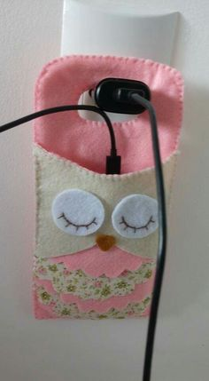 Porta celular,  em feltro. Phone Charger Holder, Etui Telephone, Fabric Art, Fabric Crafts, Hobbies And Crafts, Arts And Crafts, Craft Gifts, Sunglasses Case, Owl Crafts