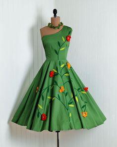 Vintage Dresses Green dress c. - It's springtime, style! Vestidos Vintage, Vintage Dresses, Vintage Outfits, 1950s Dresses, Vintage Clothing, Moda Vintage, Vintage Mode, Vintage Style, 1950s Style