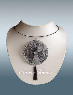 ENCAJERAS DE BOLILLOS DE BENALMÁDENA Lace Jewelry, Diy Jewelry, Aurora, Lace Heart, Textiles, Bobbin Lace, String Art, Collar Necklace, Lace Detail