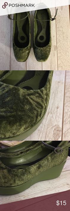 WEDGE VELVET Shoes EUC Sz 7. Moss green velvet. Ankle bracelet with brass buckle. Smoke and pet free. #wedgeshoes #velvetshoes Shoes Platforms