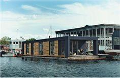 Una moderna casa galleggiante