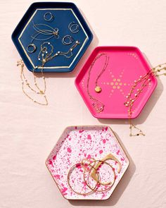 Looking for a decidedly modern idea that showcases your DIY skills? Not only does a set of hand-painted jewelry dishes… Diy Jewelry Tray, Diy Jewellery Dish, Jewelry Making, Jewelry Holder, Jewelry Crafts, Easy Valentine Crafts, Martha Stewart Crafts, Diy Schmuck, Stainless Steel Jewelry