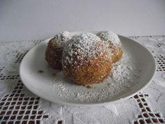 Szilvás gombóc: egyik fő kedvencünk. Szombaton lesz időd elkészíteni. Pudding, Bread, Pap, Desserts, Food, Tailgate Desserts, Deserts, Custard Pudding, Brot