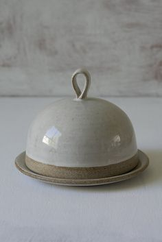 Rustic White Pottery Round Butter Dish All homespun charm and vintage hospitality, this attractive piece of handmade pottery makes for a great housewarming gift or charming hostess present. Originally made in Tel-Aviv Israel. Slab Pottery, Thrown Pottery, Pottery Bowls, Ceramic Pottery, Pottery Art, Pottery Wheel, Pottery Painting, Pottery Supplies, Pottery Classes