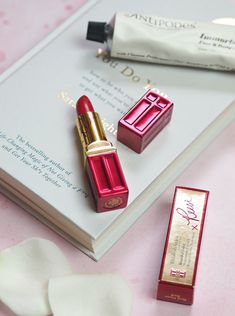 Elizabeth Arden How One Lipstick Is Helping To Change The World Flat Lay Photography, Beauty Photography, Elizabeth Arden Lipstick, Makeup News, Beauty Products, Beauty Blogs, Pretty Packaging, Beauty Review, Change The World