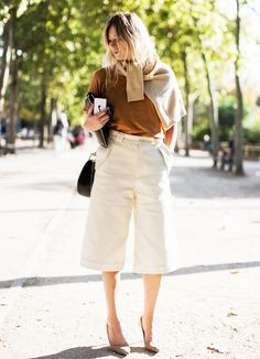 Sweater Over the Shoulders + T-Shirt + Culottes + Pumps