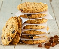 Crispy Oatmeal-Raisin Cookies- Cookies are one of the best desserts out there, but they can spike your blood sugar levels. Here are scrumptious, diabetic-friendly cookie recipes that will keep your blood glucose at healthy numbers. Oat And Raisin Cookies, Raisin Cookie Recipe, Breakfast Cookie Recipe, Cookie Recipes, Dessert Recipes, Oatmeal Cookies, Subway Oatmeal Raisin Cookies, Apple Cookies, Walnut Cookies