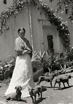 Frida Kahlo    by: Gisèle Freund