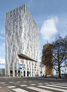 Blaak 8 tower, un immeuble de bureau occupé par Stedin (Dun & Bradstreet) à Rotterdam.   Le bâtiment de 22.500 m² se compose d'une base en forme de trapèze de 6 étages et 14 étages d'un gratte-ciel répartis en plusieurs volumes empilés et soigneusement orientés vers les rues adjacentes, les places et les monuments. A 18 mètres de haut,  la forme du bâtiment se modifie, l'image projetée devient plus petite et se transforme pour devenir rectangulaire.