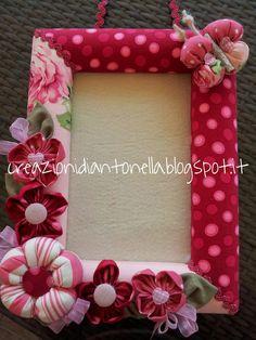 le creazioni di antonella Frame Crafts, Diy Frame, Diy Flowers, Fabric Flowers, Diy Photo Frame Cardboard, Diy And Crafts, Crafts For Kids, Framed Fabric, Art N Craft
