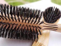 Sabías que los cepillos con cerdas de jabalí actúan como un acondicionador natural para el pelo: distribuyen la grasa natural por todo el cabello aportando brillo y mejorando su salud. www.tekitaly.es/cepillos-jabali Bobby Pins, Hair Accessories, Natural, Beauty, Hair Conditioner, Pork, Fat, Jitter Glitter, Hair