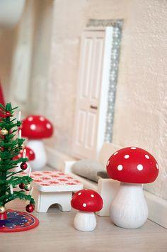 Den første december var der på mystisk vis dukket en lille bitte min nissedør op. Udenfor døren var der pyntet med et lille juletræ og små nisseting