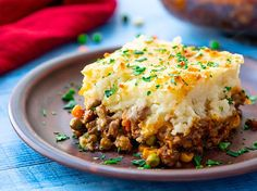 Ground Beef Recipes 54963 A piece of the best shepherd's pie on a plate with layers of cottage pie beef and vegetable gravy topped with parmesan cheese mashed potatoes Cheese Mashed Potatoes, Creamy Mashed Potatoes, Russet Potatoes, Pie Recipes, Cooking Recipes, Easy Recipes, Shrimp Recipes, Recipes Dinner, Healthy Recipes