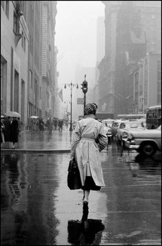 """moi-peau: """" Inge Morath , Nancy Berg hurries along Avenue to first job of the day , New York. Photography Essentials, City Photography, Photography Ideas, Inge Morath, Black And White City, Singing In The Rain, Female Photographers, Magnum Photos, Photos Du"""
