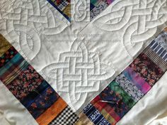 Hand quilting a Celtic knot on a pieced quilt. Any Celtic designs for applique can also be used for quilting! Hand Quilting Patterns, Quilting Stencils, Quilting Templates, Free Motion Quilting, Quilting Tutorials, Quilting Ideas, Celtic Patterns, Celtic Designs, Celtic Crafts