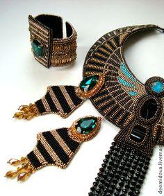 `Нефертити` крупные серьги с кристаллами. Крупные серьги в египетском стиле, продолжают коллекцию украшений ФАРАОН.  В работе красивые изумрудные кристаллы в цапах, хрусталь, бусины, хрустальные подвески золотистого цвета.  Швензы позолоченные.