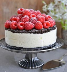 I dag deler jeg for første gang på bloggen oppskriften på kaken som er på forsiden av kakeboken min. 🙂 Det er en super god kake som ser imponerende ut, men som er veldig enkel å lage. Du trenger ikke stekeovn en gang. Som alle kakene i boken er den blitt testbakt og her ser …