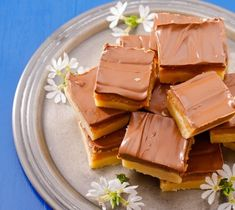 Millionaire's shortbread is a decadent sweet treat that is irresistible to anyone with a sweet tooth. A crisp layer of shortbread topped with sweet caramel and finished with a layer of chocolate. Gooey and sweet perfection. Vanilla Fudge Recipes, Buttermilk Recipes, Shortbread Recipes, Millionaire Shortbread Recipe, How To Make Scones, Malva Pudding, Delicious Desserts, Dessert Recipes, Fudge Recipes