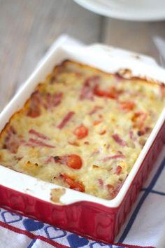 We hebben weer een lekker en simpel ovenschotel recept voor jullie! Deze keer hebben we een macaroni-ovenschotel met onder andere hamreepjes en cherrytomaatjes gemaakt. Ook deze ovenschotel is ideaal