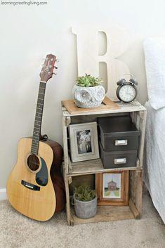 Las cajas de madera son ideales para reciclarlas y/o convertirlas en algo nuevo (por ejemplo un elemento decorativo, o una caja donde almacenar algo, o un asiento…). Ideas para reaprovechar las cajas de madera y darles un nuevo uso. 1. Cajas-Lejas para la cocina 2.Cajas con ruedas para almacenar juguetes 3.Cajas-cajón de colores para mueble de salón 4.Caja-Maceta para poner flores 5.Caja-Comedor-Bebedor de mascotas 6.Caja-Mesa de terraza con almacenamiento lateral 7.Caja-mesita d...