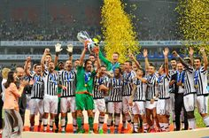 Juventus players celebrate with the trophy after winning the Italian Super Cup soccer match between Juventus Turin and Lazio Rome in Shanghai, China, 08 August 2015. EPA/Yi Wei CHINA OUT