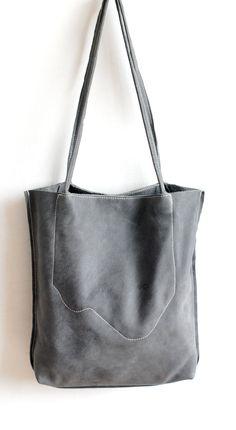 Leder Shopper Shabby Taubenblau von LABOURofART auf Etsy https://www.etsy.com/de/listing/225036954/leder-shopper-shabby-taubenblau