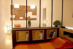 """Séparation des espaces grâce à une verrière en fer style """"atelier""""."""