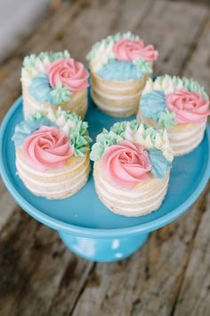how to make these pretty buttercream mini flower cakes from ! These mini cakes are perfect to serve for any celebration like Mother's Day, wedding showers, or for a get together with family and friends. Pretty Cakes, Beautiful Cakes, Amazing Cakes, Food Cakes, Cookie Cakes, Tea Cookies, Sugar Cookies, Cake Flavors, Savoury Cake