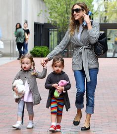 Sarah Jessica Parker strolled in NYC with her twin girls Celebrity Kids, Celebrity Style, Mother Daughter Outfits, Sarah Jessica Parker, Carrie Bradshaw, Mommy And Me, Mom Style, Maternity Fashion, Outfits For Teens