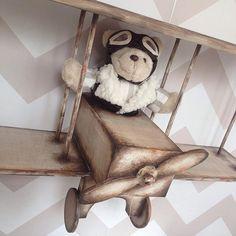 Instagram media babydeluxeenxovais - ✈️Para o quarto do seu Pequeno Aviador... Estante Decorativa.  #babydeluxeenxovais#aviador#babyboy#quartoinfantil#urso#decoração#enxoval#mãedemenino