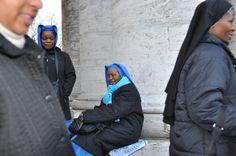 Cansancio acompañado. Después de casi tres horas de espera, algunas monjas de avanzada edad se sientan en la superficie que aguantan las gigantescas columnas de la Plaza San Pedro, a la espera de pasar por el control policial.