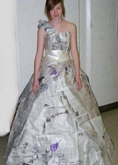 On the beta site Burda Style user melonhead posted her newspaper prom dress she entered into a paper dress contest. Crazy Dresses, Best Prom Dresses, Cheap Dresses, Formal Dresses, Wedding Dresses, Recycled Dress, Recycled Cans, Recycled Clothing, Paper Clothes