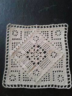 Center made first and corners added last. Crochet Square Patterns, Crochet Blocks, Crochet Squares, Crochet Motif, Crochet Doilies, Needle Lace, Cutwork, Thread Crochet, Vintage Lace