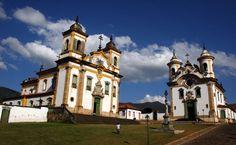 Igrejas de São Francisco de Assis (à esquerda), de Nossa Senhora do Carmo, e o…