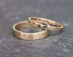 Hammered Gold Wedding Rings 14k Gold Ring Set door TorchfireStudio