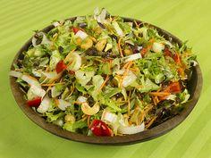 Salade van sla, witlof, wortel, paprika, cashews en rozijnen | www.Alternatief-Idee.net