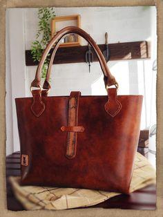 ☆ トートバッグ アンティーク 牛ヌメ革で作ったバッグです。アンテークな色合いに染め、丁寧にすべて手縫いをいたしました。 蝋引き糸で手縫いをしていますから丈夫...|ハンドメイド、手作り、手仕事品の通販・販売・購入ならCreema。