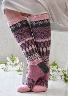 Tekstiiliteollisuus - teetee Pallas pattern in Finnish Wool Socks, Knit Mittens, Knitting Socks, Hand Knitting, Knitting Patterns, Crochet Slippers, Knit Crochet, Knit Art, Sexy Socks