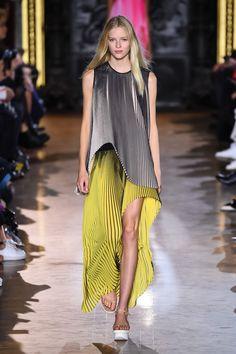 ステラ マッカートニー(STELLA McCARTNEY)が、2016年春夏コレクションをフランス・パリで発表した。     今季は赤、黄色、緑といった鮮やかなカラーを並べ、フレッシュなスター...