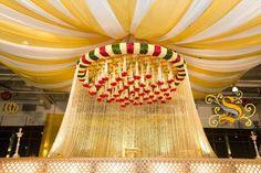 Südindische Hochzeit Mandap Dekor - Baalika's wedding - Marriage Wedding Hall Decorations, Marriage Decoration, Wedding Entrance, Wedding Mandap, Wedding Ceremony Backdrop, Flower Decorations, Wedding Venues, Wedding Ideas, Arch Decoration