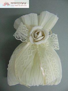 Μπομπονιέρα γάμου πουγκί τσαλακωτό με λουλούδι Napkins, Tableware, Dinnerware, Towels, Dinner Napkins, Tablewares, Dishes, Place Settings