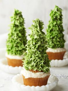 cupcakes with upside-down ice cream cones covered in frosting to look like trees! SUCH a good idea....maybe next Christmas!