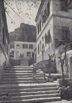 Πού βρίσκονται τα ξύλινα μπαλκόνια με τις βουκαμβίλιες, όπου οι παρέες απολάμβαναν τις βραδιές; Η γειτονιά με τις αυλές επέζησε, αλλά τα σπίτια άλλαξαν χέρια και τα παράθυρα έκλεισαν - ΜΗΧΑΝΗ ΤΟΥ ΧΡΟΝΟΥ Old Pictures, Old Photos, Greece Photography, Kai, Good Old Times, Athens Greece, Old City, Ancient Greece, Crete