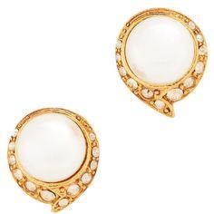 Oscar de la Renta Fanned Imitation Pearl Button P Earrings ($175) ❤ liked on Polyvore featuring jewelry, earrings, cry gold shadow, oscar de la renta earrings, pave earrings, pave stud earrings, earring jewelry and stud earrings
