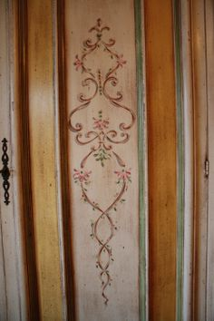 armoire detail