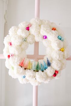 Winter Pom Pom Wreath DIY - Modern Glam - DIY : Christmas wreath with pom poms and bottle brush trees. Make this rainbow holiday wreath for your front door. Christmas Pom Pom Crafts, Holiday Crafts, Christmas Decorations, Pom Pom Decorations, Holiday Decor, Wreath Crafts, Diy Wreath, Wreath Ideas, Tulle Wreath